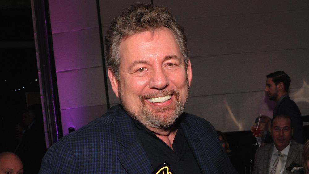 James Dolan souriant pour un prix