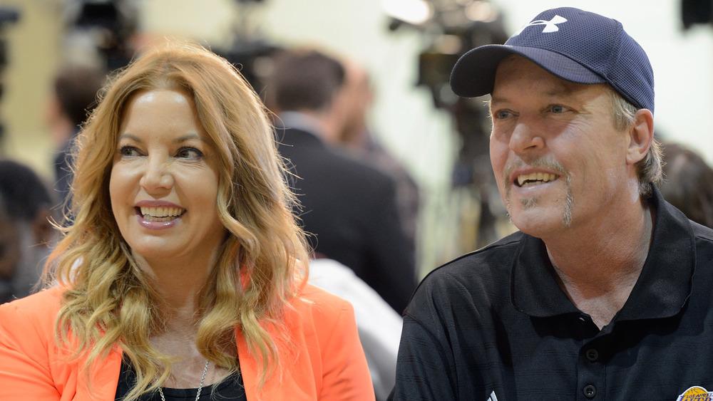 Jeanie Buss et Jim Buss lors d'une conférence de presse