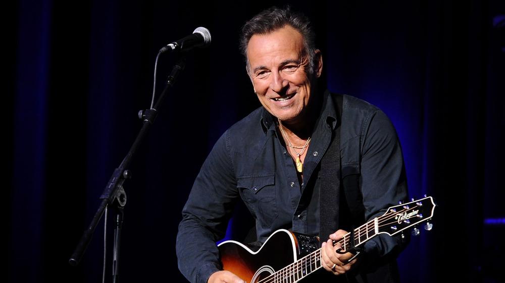 Bruce Springsteen jouant à la guitare