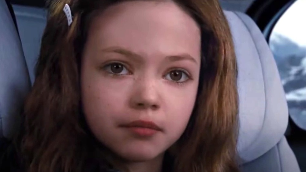 Renesmee a l'air triste dans la voiture dans Twilight: Breaking Dawn - Partie 2