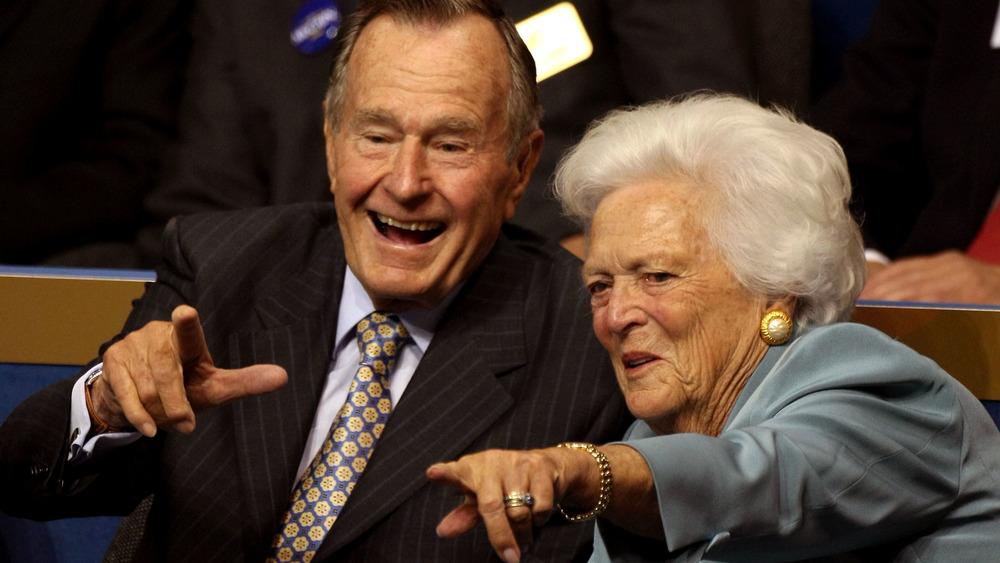 George HW et Barbara Bush montrant