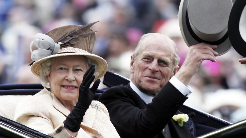 La reine Elizabeth et le prince Philip agitant