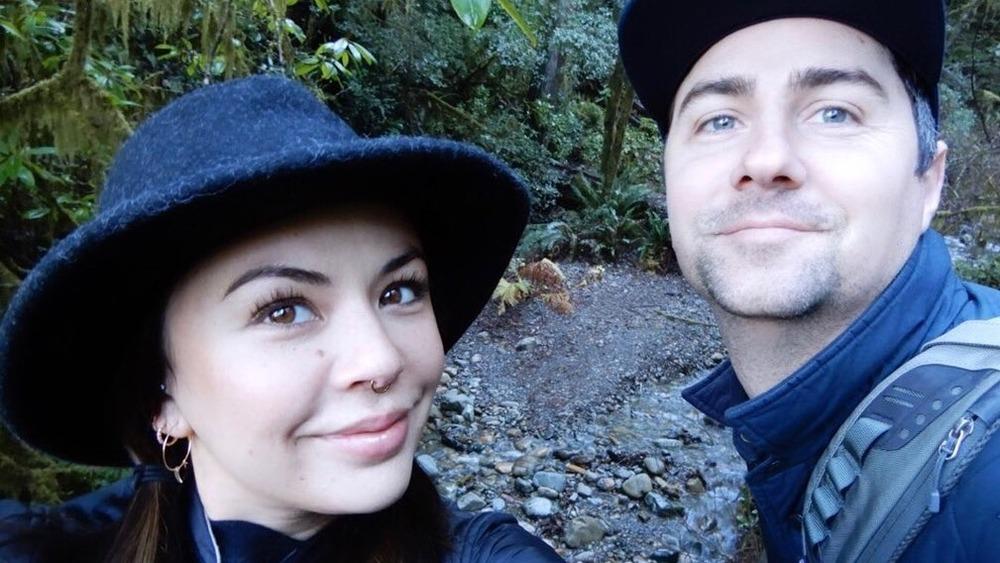 Janel Parrish et Chris Long posant pour un selfie sur Instagram