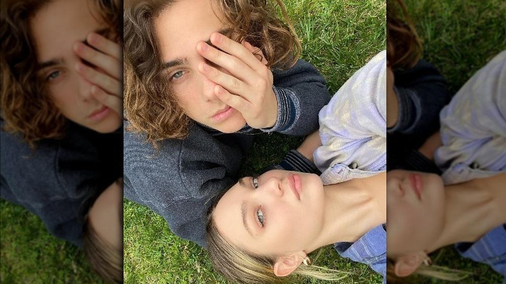 Maddie Ziegler et Eddie Benjamin posant pour un selfie sur Instagram
