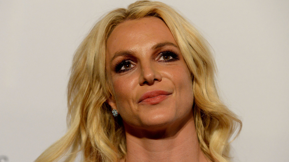 Britney Spears levant les yeux