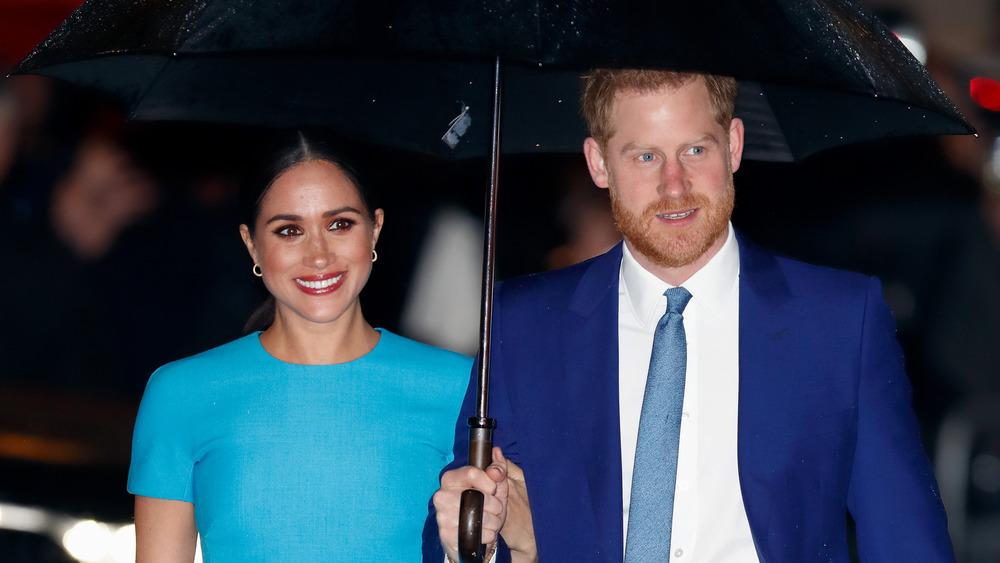 Prince Harry et Meghan Markle avec parapluie