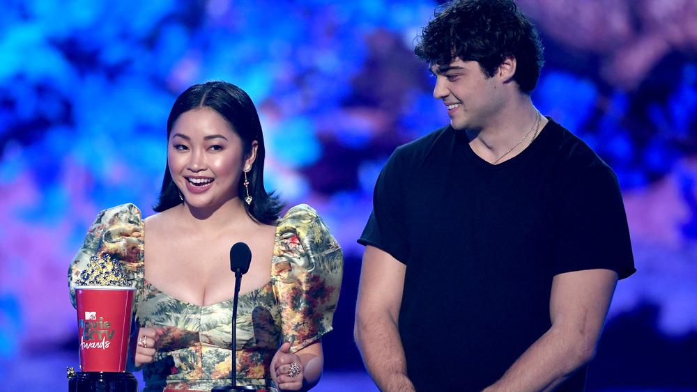 Noah Centineo et Lana Condor acceptent le prix