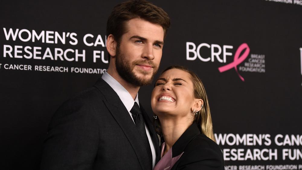Liam Hemsworth étreignant une Miley Cyrus au fromage