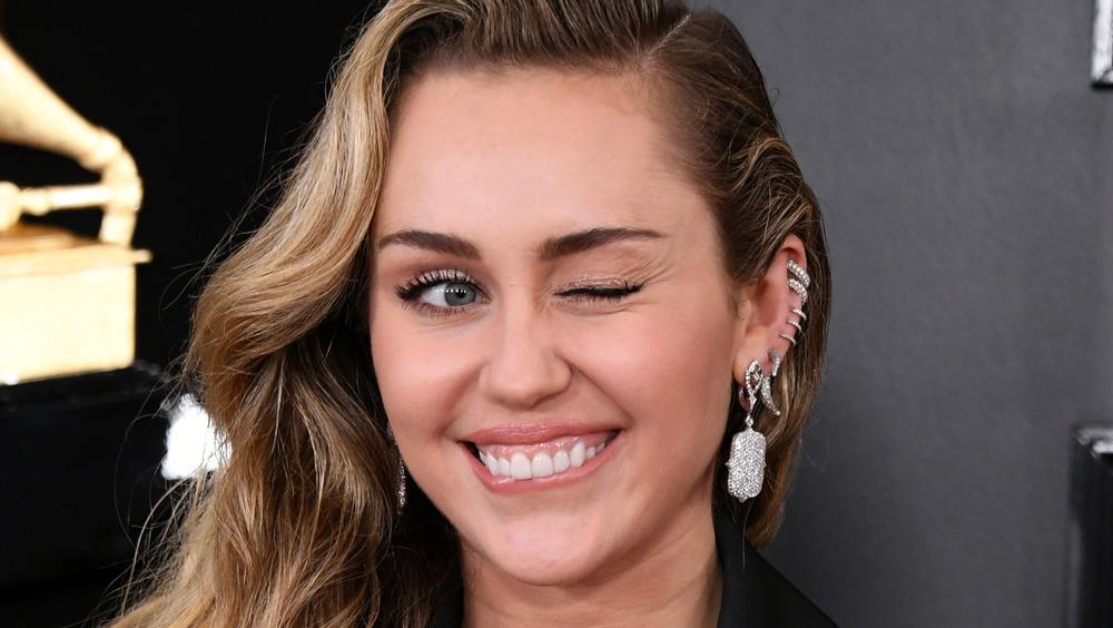 Miley Cyrus clignant de l'œil