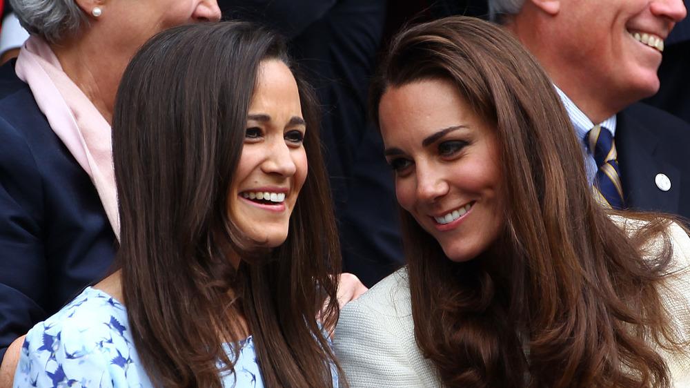 Pippa Middleton et Kate Middleton sourient ensemble
