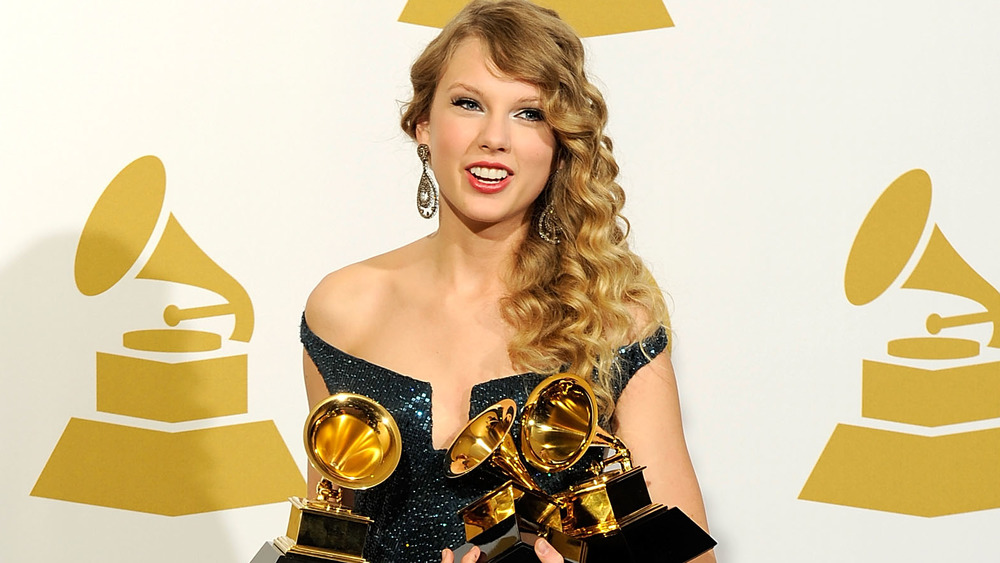 Taylor Swift souriant aux Grammys
