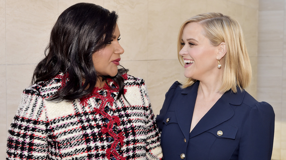 Mindy Kaling et Reese Witherspoon posant avec les bras l'un autour de l'autre