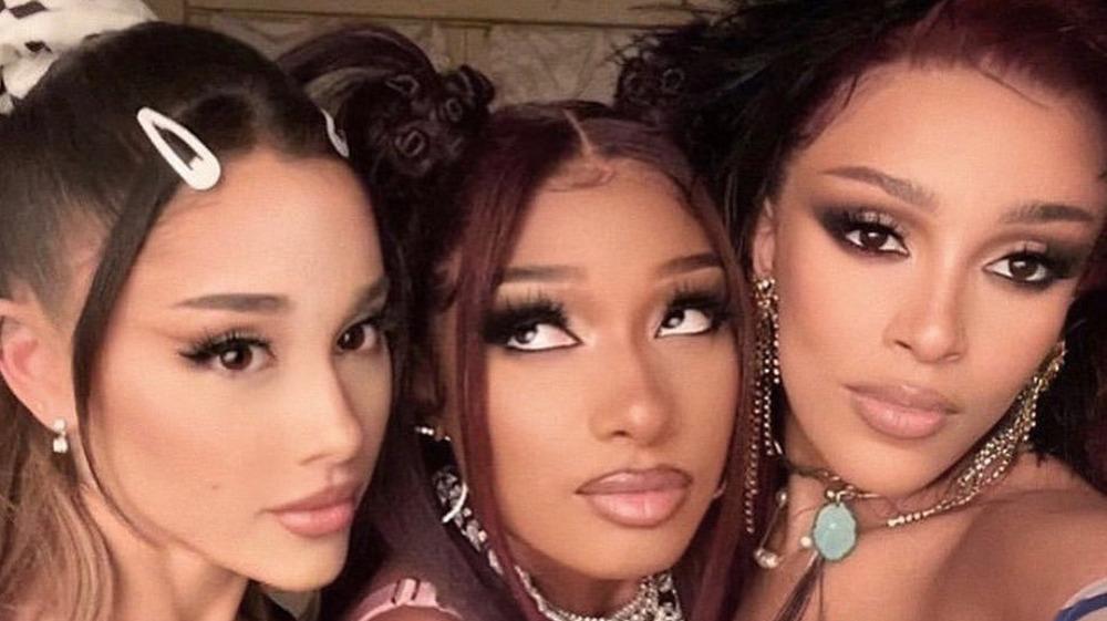 Ariana Grande, Megan Thee Stallion, Dojo Cat prenant un selfie