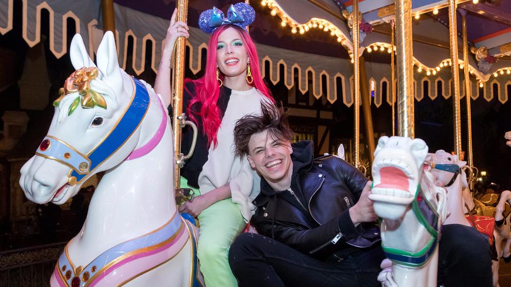 Halsey et Yungblud riant sur un carrousel