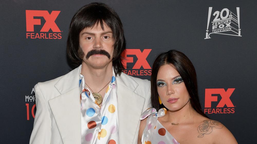Evan Peters et Halsey habillés en Sonny et Cher pour Halloween