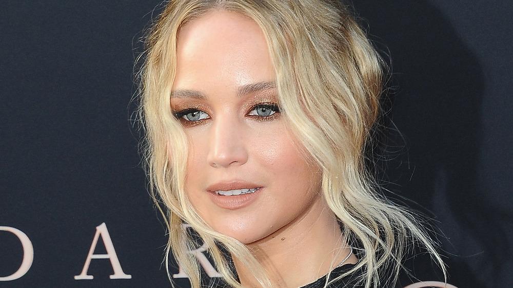 Jennifer Lawrence posant sur le tapis rouge