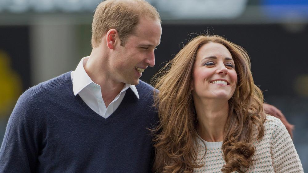 Prince William regardant Kate Middleton