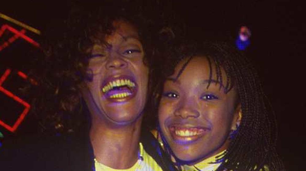 Brandy Norwood et Whitney Houston rient ensemble