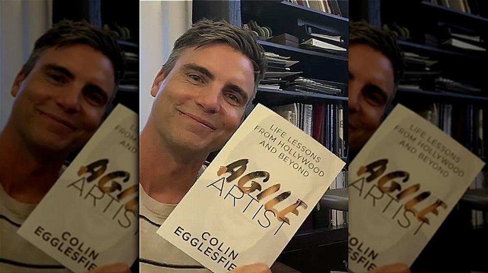 Colin Egglesfield tenant son livre, artiste agile
