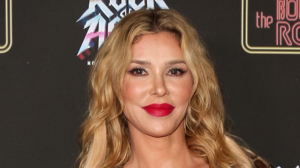Brandi Glanville posant en rouge à lèvres
