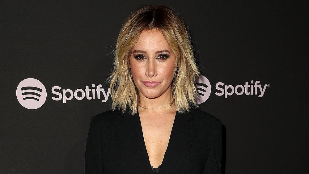 Ashley Tisdale porte du noir lors d'un événement Spotify