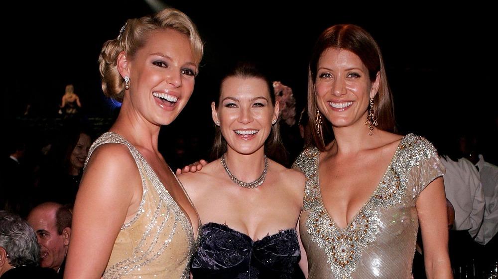 Katherine Heigl, Ellen Pompeo et Kate Walsh souriant pour la caméra lors d'un événement