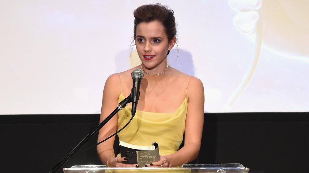 Emma Watson lisant un livre