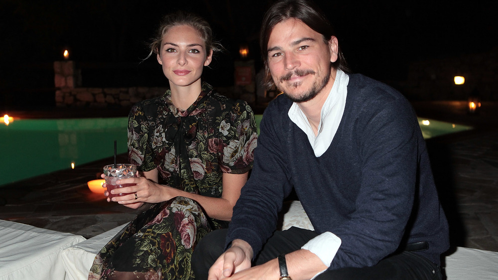 Tamsin Egerton et Josh Hartnett assis ensemble