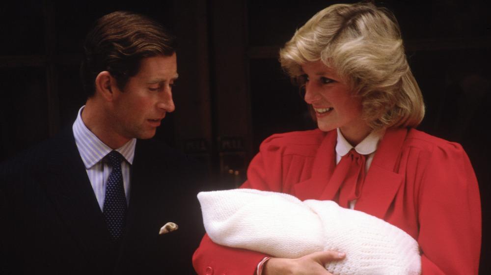 Le prince Charles et la princesse Diana quittent l'hôpital avec le prince Harry en 1984