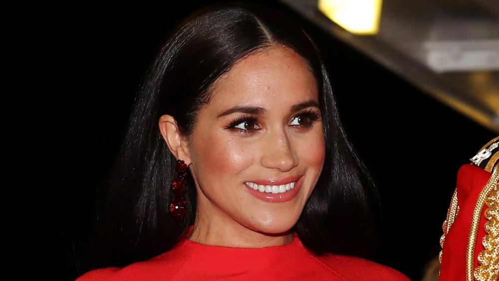 Meghan Markle, la duchesse de Sussex, vêtue de rouge vif lors d'un événement
