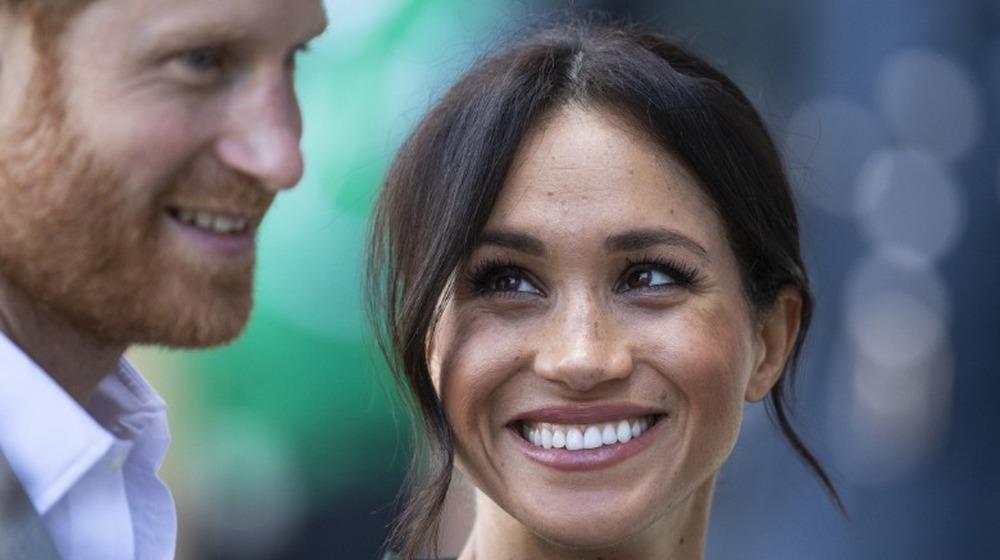 Meghan Markle regarde avec amour le prince Harry lors d'un événement