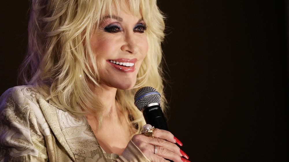 Dolly Parton parle dans un microphone