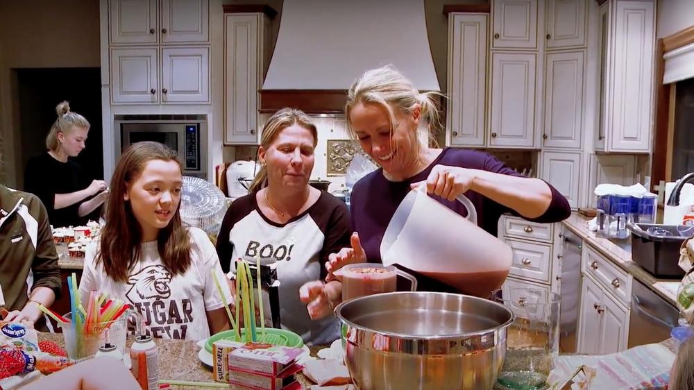 Kate Gosselin, ses filles et ses amis préparent des cupcakes dans leur maison en Pennsylvanie