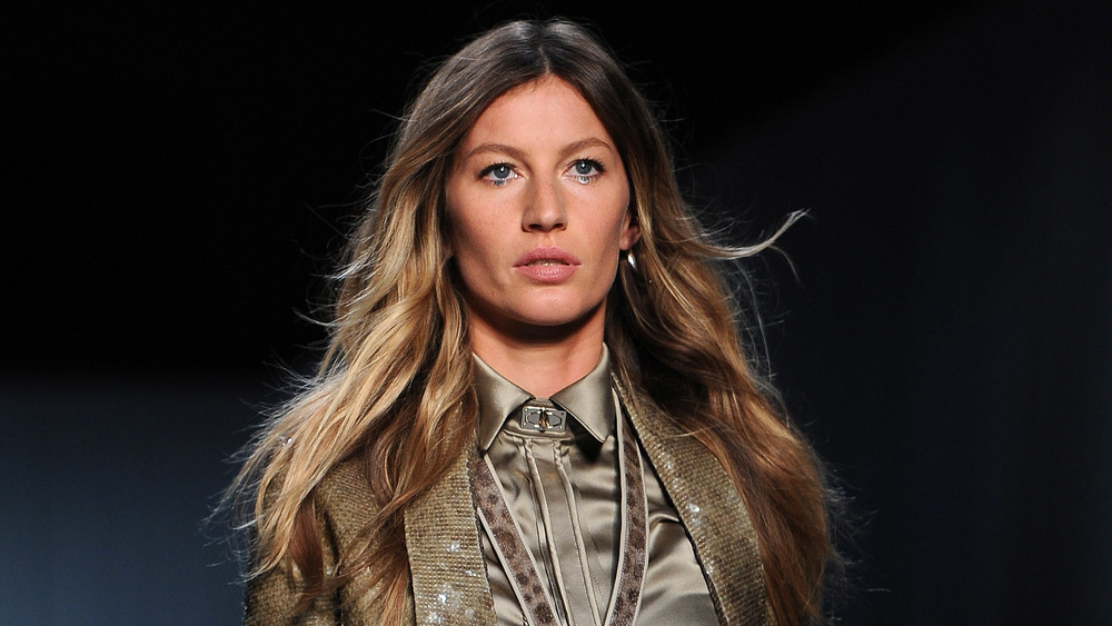 Gisele Bundchen a l'air intense sur le podium