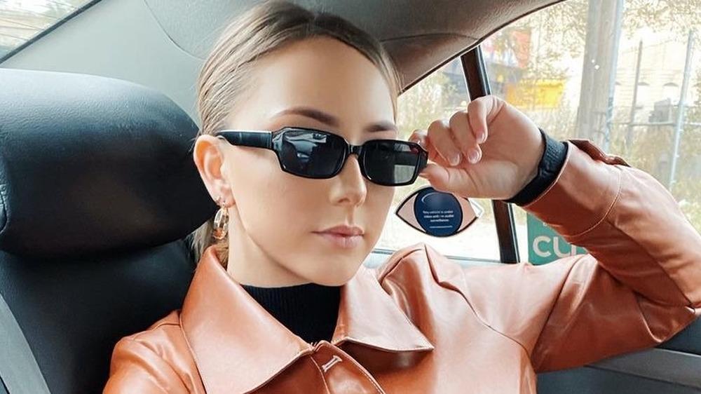 Hailie Mathers sur la banquette arrière de la voiture, lunettes de soleil sur