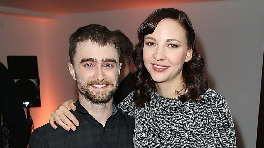 Daniel Radcliffe et Erin Darke souriant