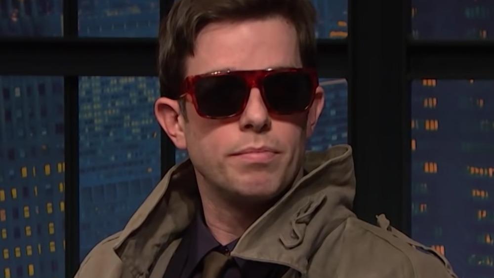 John Mulaney avec des lunettes de soleil