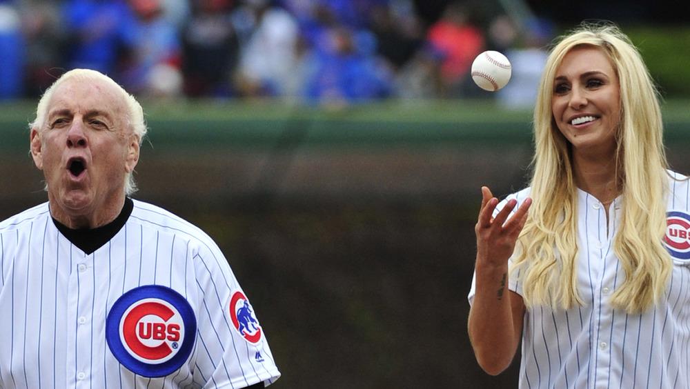 Ric Flair et Charlotte Flair lors d'un match de baseball