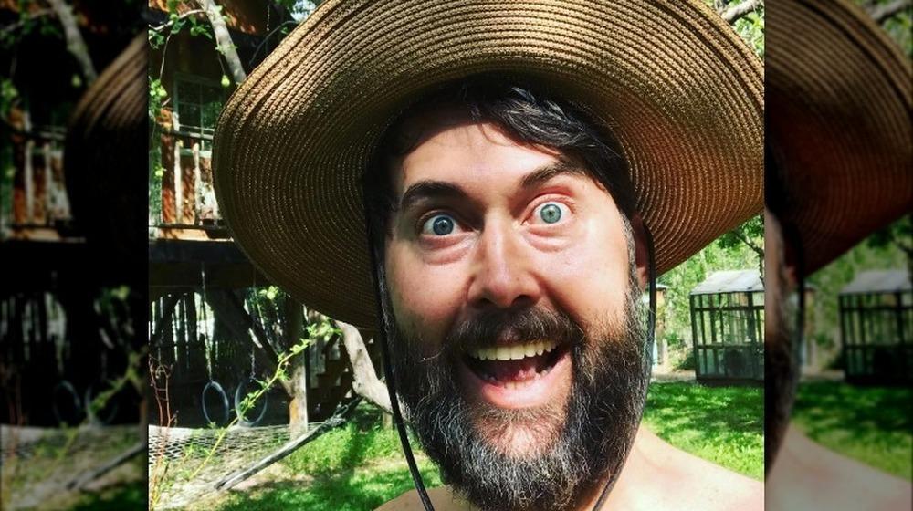 Hayes Hargrove prenant selfie au chapeau