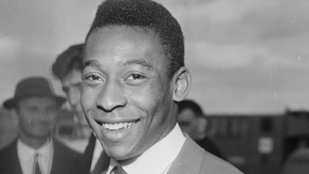 Pelé posant pour la caméra en 1963