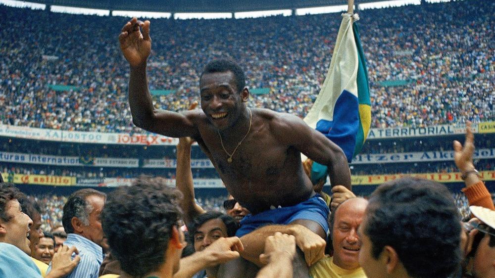 Pelé célèbre la victoire du Brésil en Coupe du monde en 1970