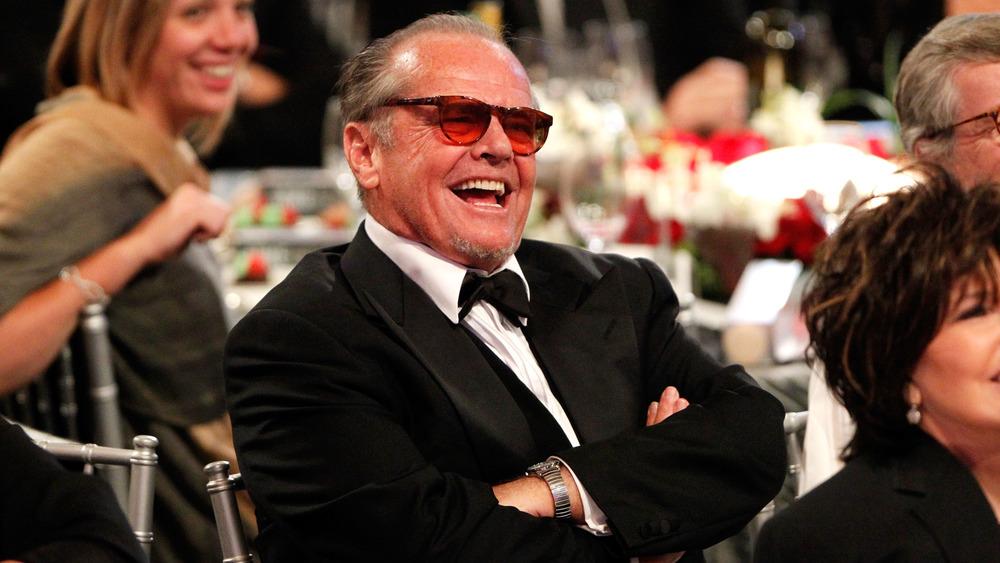 Jack Nicholson, assis et riant
