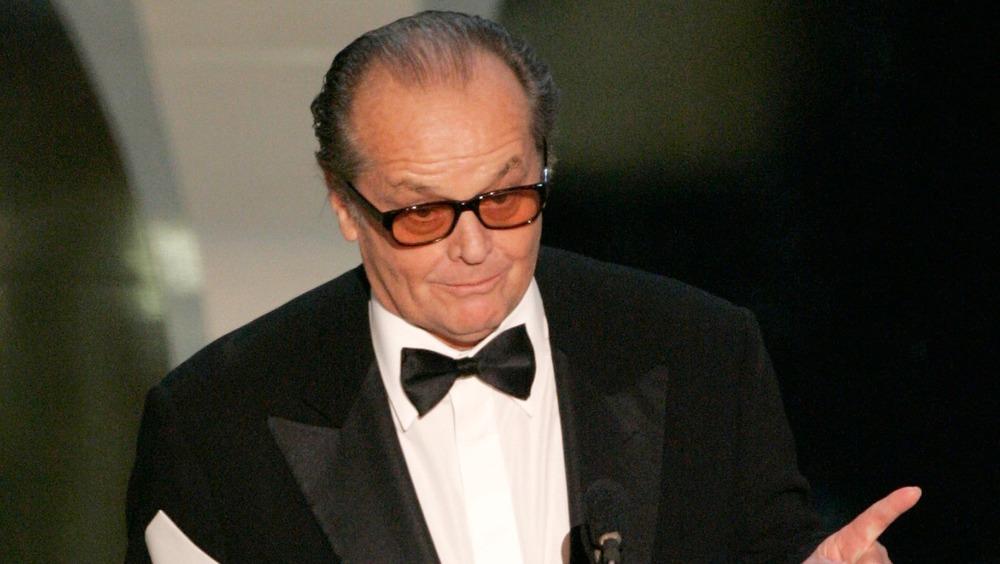 Jack Nicholson devant le microphone, pointant
