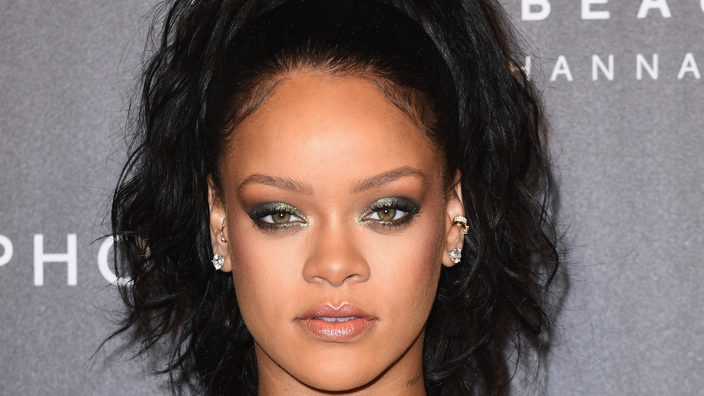 Rihanna regarde avec une expression sérieuse