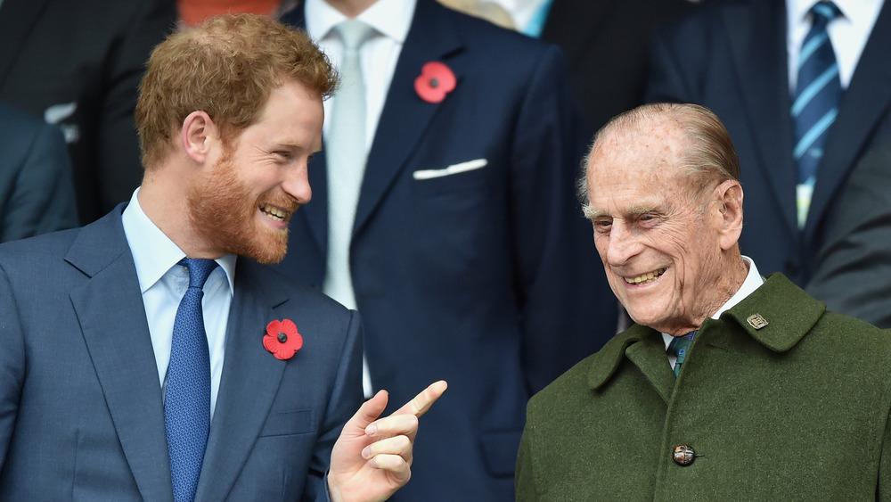 Le prince Harry parle avec le prince Philip