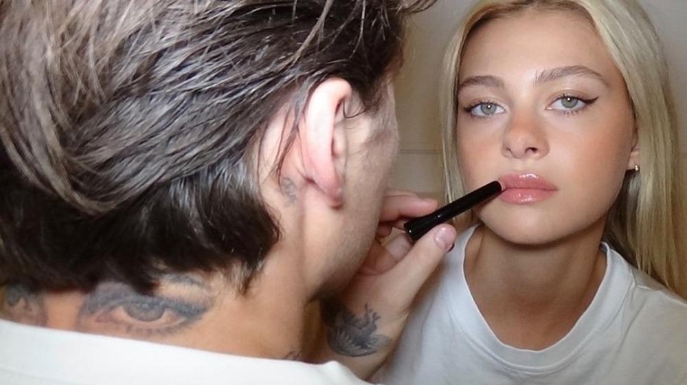 Brooklyn Beckham montre son tatouage des yeux tout en appliquant du rouge à lèvres à Nicola Peltz dans un selfie Instagram