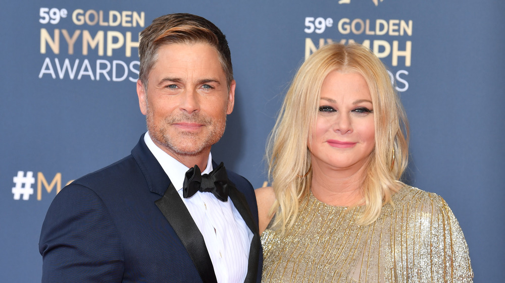 Rob Lowe et Sheryl Berkoff souriant