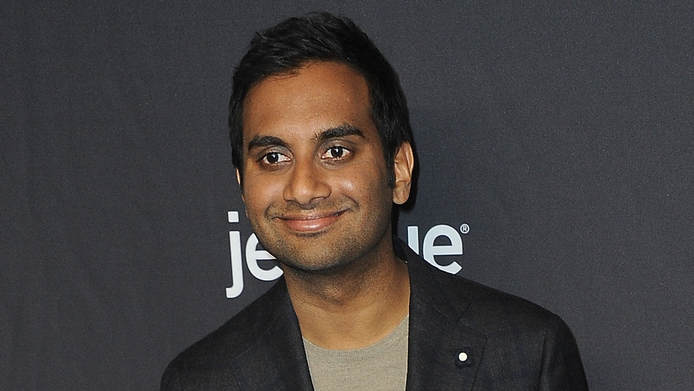 Aziz Ansari souriant