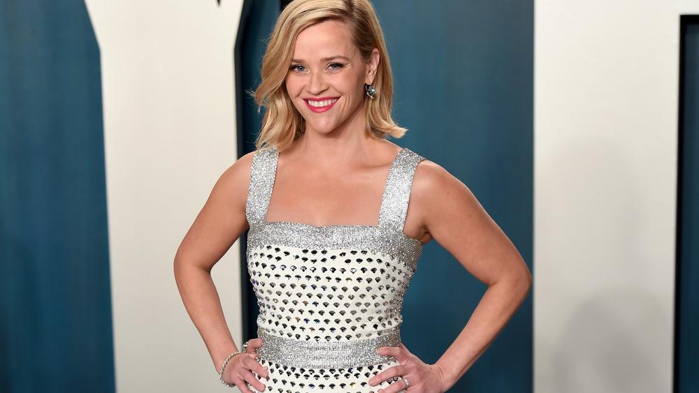 Reese Witherspoon porte une robe blanche et argentée lors d'un événement