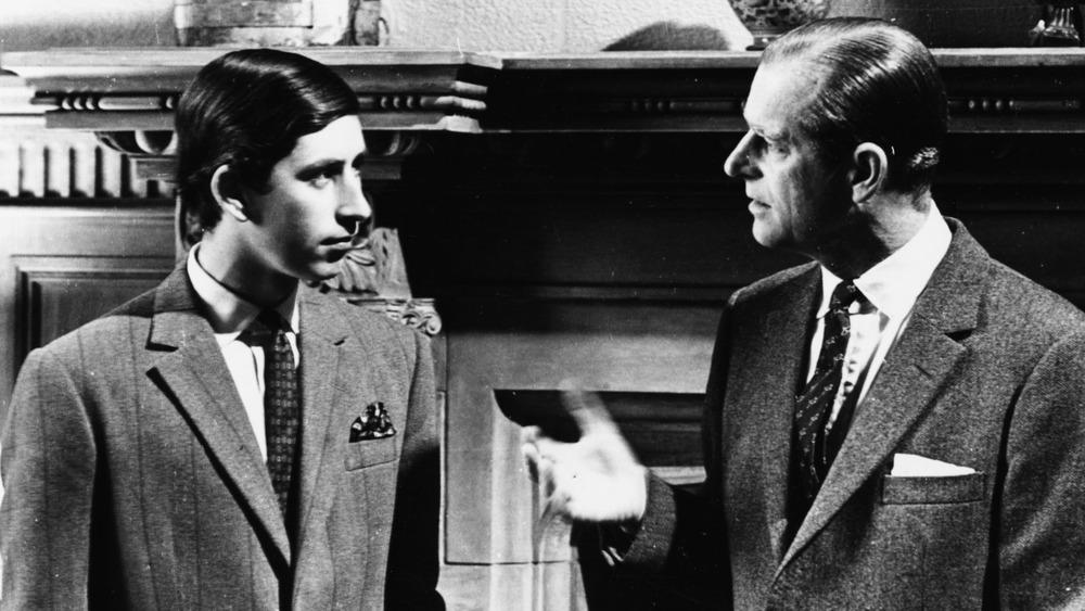 Le prince Charles et le prince Philip s'exprimant en 1969